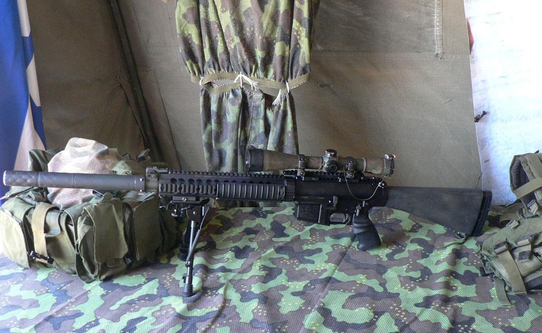 SR-25 Производитель: СШАМасса: 4,88 кгДлина: 1118 ммСтвол: 610 мм.Патрон: 7,62×51Прицельная дальность: 800 метров Эту винтовку, созданную еще в 1990 году, с успехом использовали в нескольких крупных конфликтах. Афганистан, Ирак, Тиморский кризис — SR-25 везде показала себя с лучшей стороны. Автор винтовки, американский оружейник Юджин Стоунер, передал права на изготовление Knight's Armament Company, которые продолжают выпускать модель и по сей день.