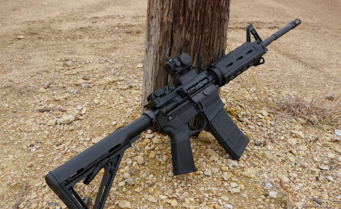 Достоинства В первую очередь, необходимо отметить модульность конструкции. AR-15 может превратиться в любое оружие по выбору пользователя: выпуск комплектующих и аксессуаров очень велик. Из базового автомата, при должных навыках, с легкость собирается как снайперская полицейская винтовка, так и карабин для спортивной стрельбы. Общая эргономика винтовки также является одной из лучших. AR-15 показывает отличную кучность стрельбы при весьма небольшой отдаче.