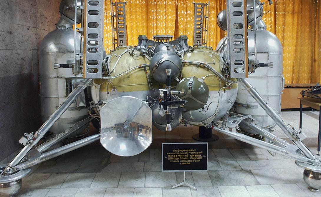 Компоновка «Луна-9» очень напоминала посадочный модуль Apollo Moon. Фотографии, присланные аппаратом, смогли показать ученым, как выглядит грунт в реальности.