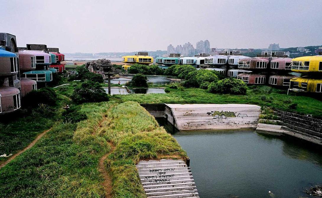 Сан Жи Тайвань Городок Сан Жи должен был стать настоящим раем для местных финансовых воротил: футуристичные дома, тщательно продуманная инфраструктура, природа, напоминающая преддверие рая… И десятки рабочих, погибших уже при начале строительства. Ко времени завершения проекта о дурной славе Сан Жи знал уже весь Тайвань. Внезапно выяснилось, что город был построен на месте бывшего японского лагеря смерти, после чего инвесторам не удалось продать ни одного дома. Власти страны даже не могут снести проклятое местечко: местные жители боятся, что это освободит призраков.