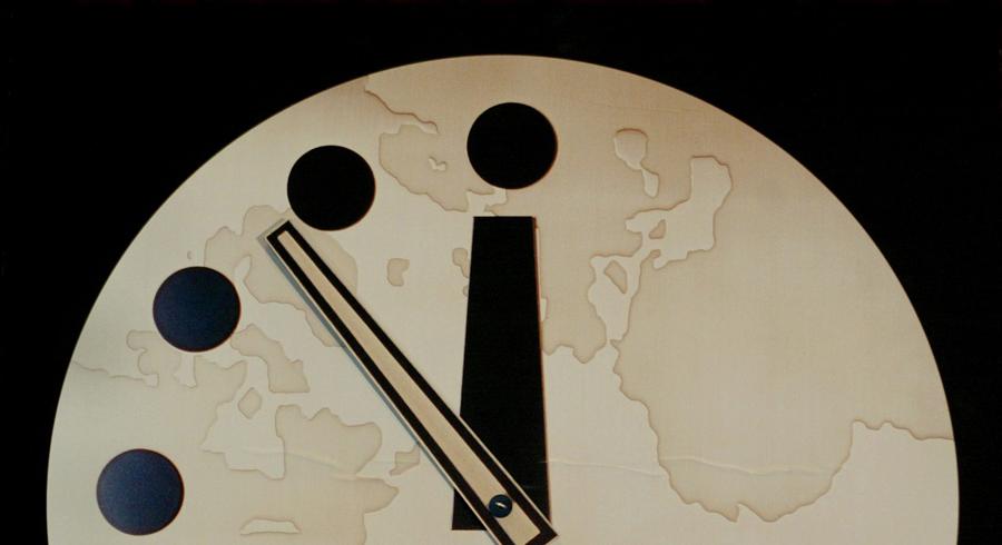 Что показывали часы Изначально минутная стрелка показывала семь минут до полуночи. За 60 лет ученые 22 раза меняли ее положение: во время холодной войны очередной номер журнала ждали затаив дыхание.