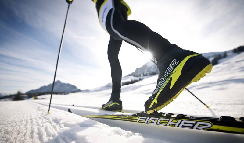 Беговые лыжи Отличный способ прокачать не только сердце, но и мышцы конечностей. Новичку будет сложно брать длинные дистанции даже на ровной местности — не переоцените себя. В первую неделю стоит ограничиться получасовыми забегами.