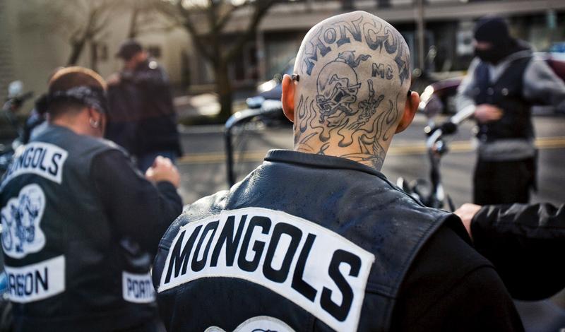 Mongols MC Год основания: 1969Головная чепта: Монтебелло, Калифорния Патч:Чингисхан на мотоцикле Hells Angels MC практикуют расовую дискриминацию, частенько отправляя желающих вступить латиноамериканцев подальше от своих ворот. В 1969 одна из группировок, обидевшись, решила создать свой собственный клуб, с блэкджеком и девушками легкого поведения. Mongols MC стал одним из самых мрачных клубов страны. Участники никогда не идут на сделки с полицией и мстят «Ангелам» при любых обстоятельствах. Mongols, оправдывая свое название, добрались даже до Новой Зеландии.