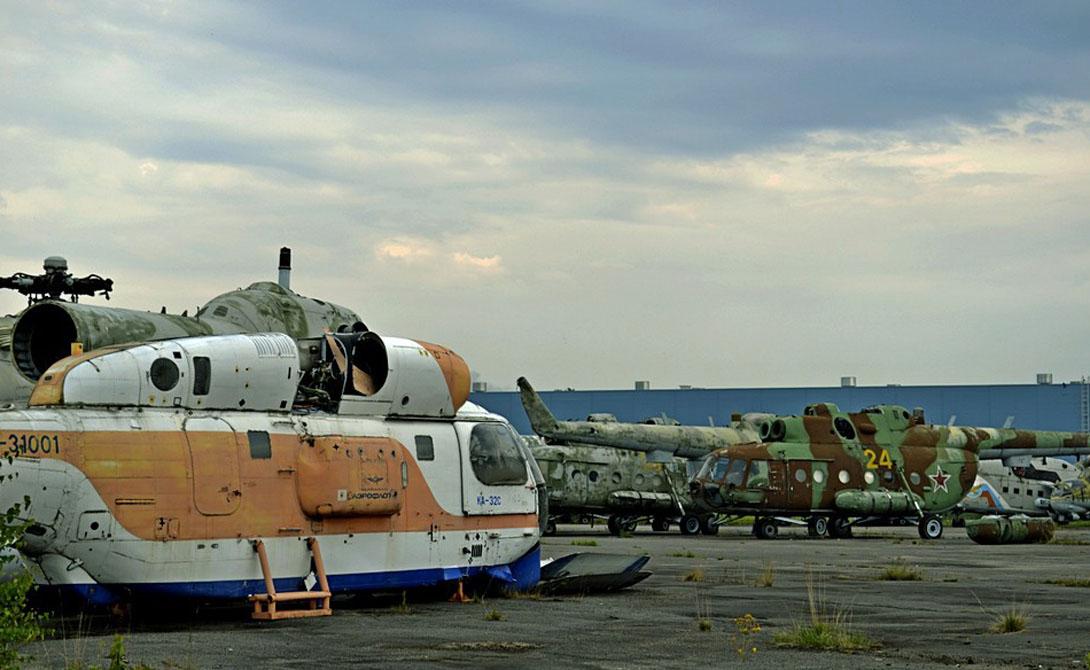 Кладбище вертолетов Это, конечно, никакая не архитектура — но пройти мимо самого настоящего кладбища вертолетов мы просто не могли. Здесь, на юго-западе Ленинградской области, неподалеку от села Горелово, сохранился заброшенный военный аэродром. Его активно эксплуатировали вплоть до 1992 года. На площадках до сих пор ждет своего часа заржавевшая техника.