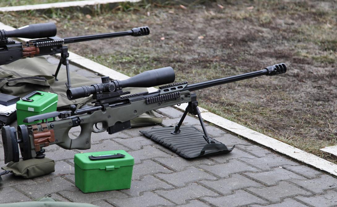 L115A3 AWM Производитель: ВеликобританияМасса: 6,82 кгДлина: 1300 ммСтвол: 750 мм.Патрон: 8,59х70Прицельная дальность: 1 500 метров И еще одна «красотка» из закромов британских спецслужб. L115A3 AWM вышла в свет почти двадцать лет назад, но военные не торопятся списывать ее со счетов. Заточенная под крупнокалиберный патрон, винтовка прекрасно показала себя в пустынях Ирака и склонах афганских гор. Основной плюс — прицельная эффективная дальность, превышающая полтора километра.