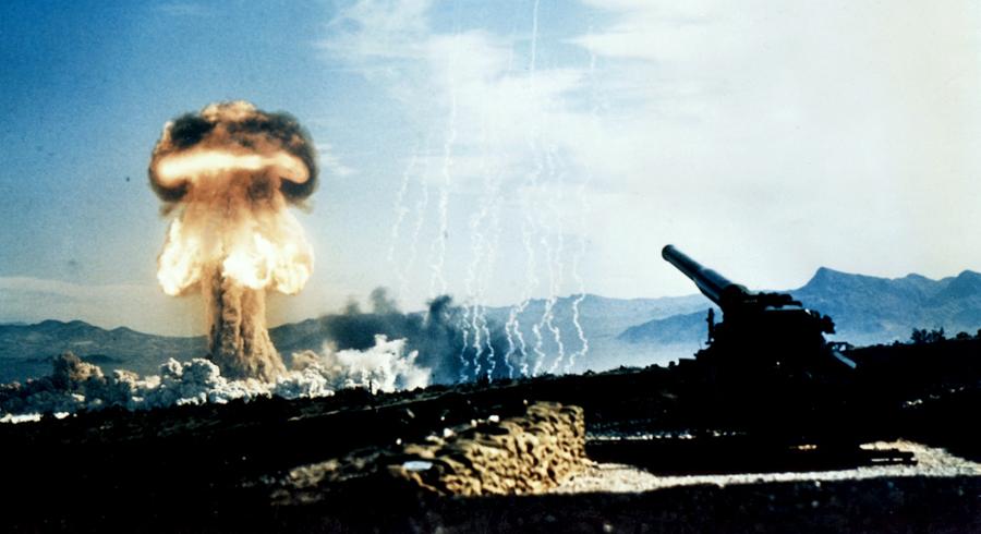 Карибский кризис Ядерная война почти началась в 1962 году. Карибский кризис развивался настолько быстро, что ученые просто не успели отреагировать — стрелки часов остались недвижимыми. 38 дней весь мир напряженно наблюдал за событиями кризиса но, по счастью, все обошлось.