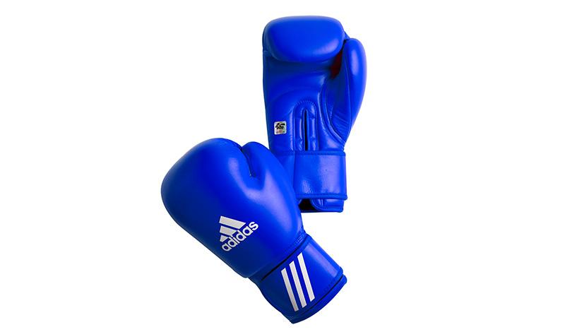 Боксерские перчатки AIBA New Innovation Compression foam Совсем необязательно быть профессиональным боксером, чтобы иметь настоящие соревновательные перчатки, такие как AIBA New Innovation Compression foam модели 2014-2016 года. Да, их цена в разы выше, чем у тренировочных, но и стимул «порхать как бабочка, жалить как пчела» от этого станет значительно больше.