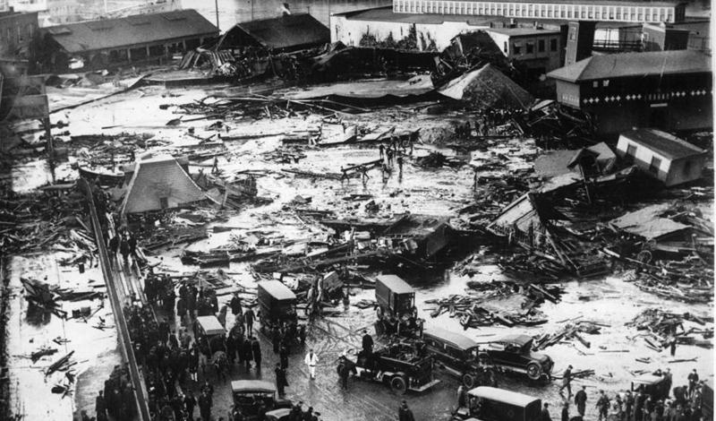 Бостонское патоковое наводнение Самое необычное наводнение за всю историю случилось в Бостоне. Огромный, действительно огромный бак, полный сырья для приготовления патоки, лопнул: ирландские и итальянские кварталы оказались буквально погребены под невероятным количеством липкой патоки. 21 человек погиб, еще 150 получили серьезные ранения.