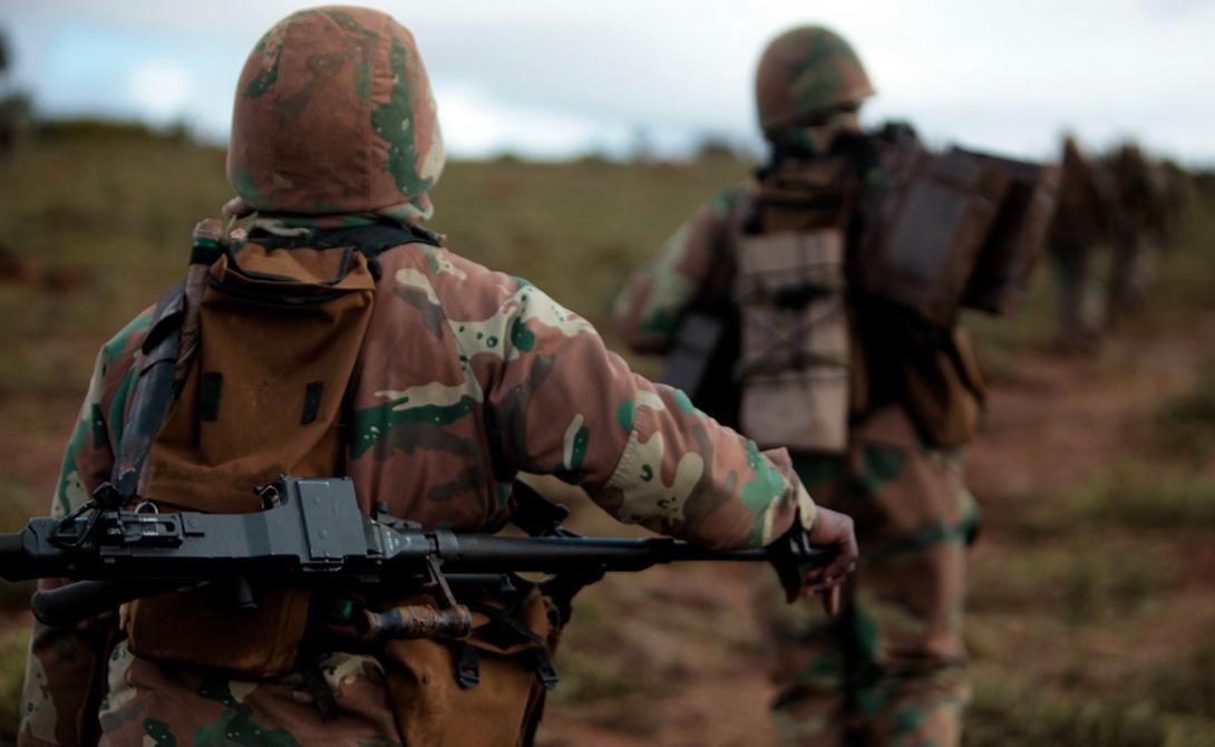 Снайпер ЮАР Дистанция: 2 124 метра Один из снайперов регулярной армии ЮАР (имя бойца засекречено) добился удивительной результативности: в течение нескольких дней солдат «снимал» по 5-6 повстанцев группировки M23 — всех на расстоянии около двух километров.
