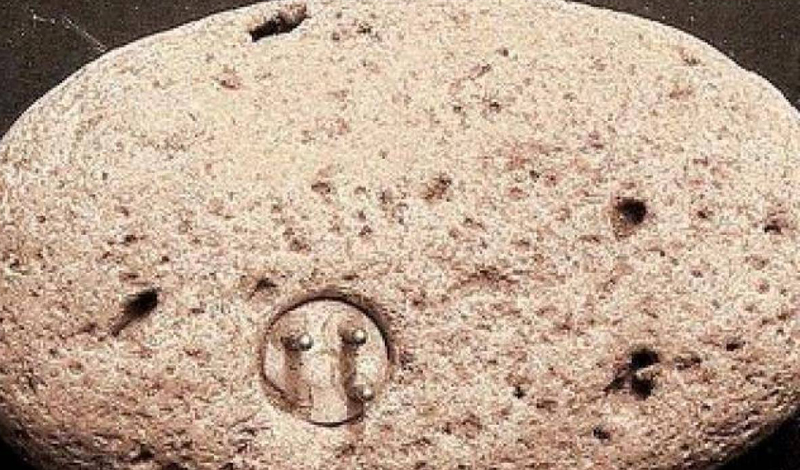 Энигмалит Уильямса Находка археолога-любителя Джона Уильямса до сих пор волнует международное научное сообщество. В 1998 году Уильямс обнаружил странный камень, куда была встроена электрическая розетка, схожая с современными конструкциями. Легче всего было бы признать артефакт ложным — вот только радиоуглеродный анализ показывает, что энигмалиту уже более тысячи лет.