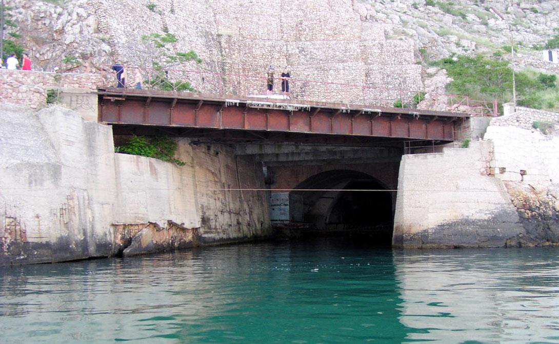 Объект 825 Секретная база подводных лодок была построена неподалеку от Балаклавы. Правительство настолько тряслось над безопасностью, что посетить эту базу не мог никто, кроме личного состава и тех, кому был выписан пропуск на самом высоком уровне. В 1995 году все, как водится в нашей стране, накрылось медным тазом.