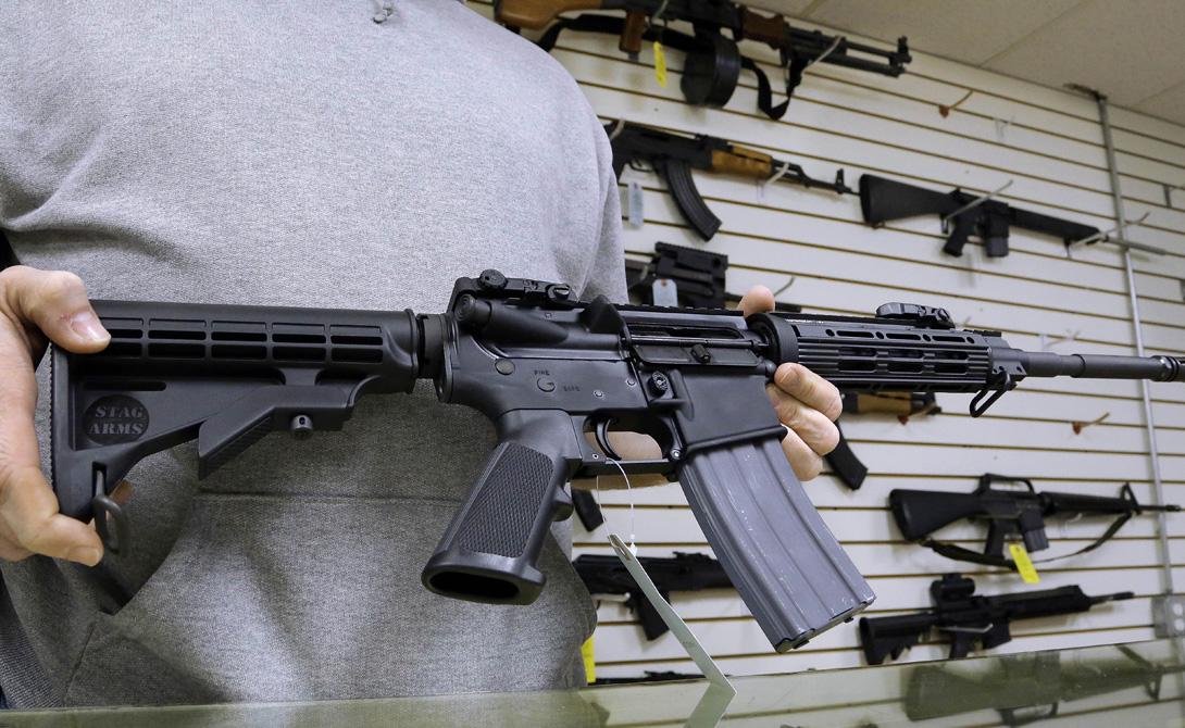 Современная жизнь На данный момент винтовки семейства AR-15 — основное оружие типичного среднего американца, поддерживающего NRA. Уже упомянутая модульность позволяет практически любому человеку создать оружие на свой вкус, и хранить его в собственном подвале на случай внезапной опасности. Кроме того, винтовками AR-15 комплектуются полицейские подразделения и бойцы регулярной гвардии штата: правительство считает, что для этих целей старушка AR-15 вполне годится.