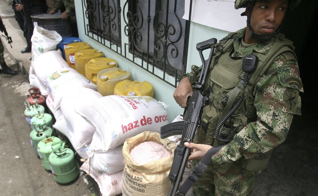 Пальмира Колумбия Статистика: 70.88 убийств на 100 000 жителей Этот солдат охраняет взрывчатку, конфискованную во время внезапного рейда. Местные банды не любят мелочиться — вместо ножей парни из гетто таскают автоматическое оружие, а у наркокартелей есть даже собственные танки.