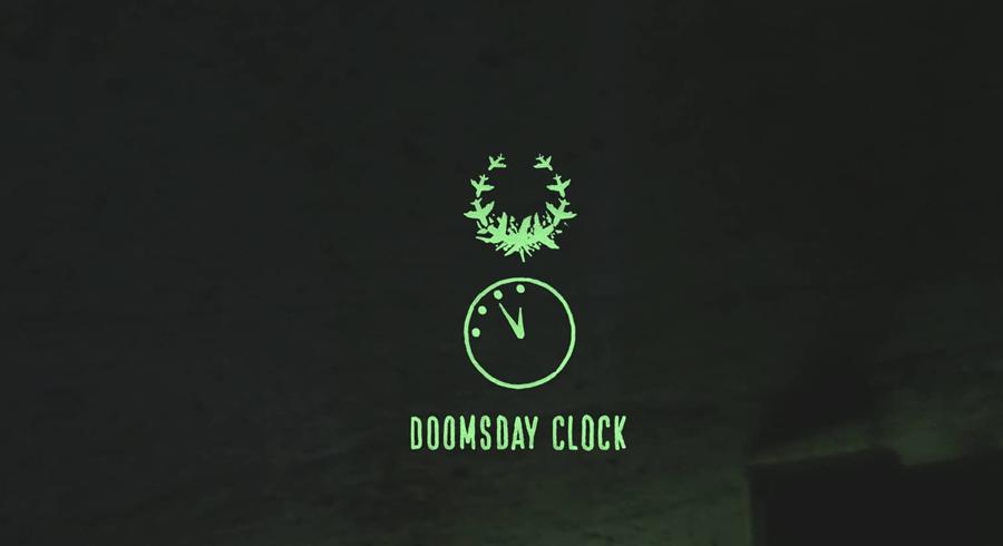 Суть проекта Первая тематическая обложка вышла в том же 1947 году. Изображенные на ней часы показывали без нескольких минут полночь: минуты означали коэффициент напряженности международной обстановки в данный момент и прогресса развития ядерного вооружения. Ядерный катаклизм, по замыслу авторов проекта, начнется, когда все стрелки замрут на положении 12 часов.