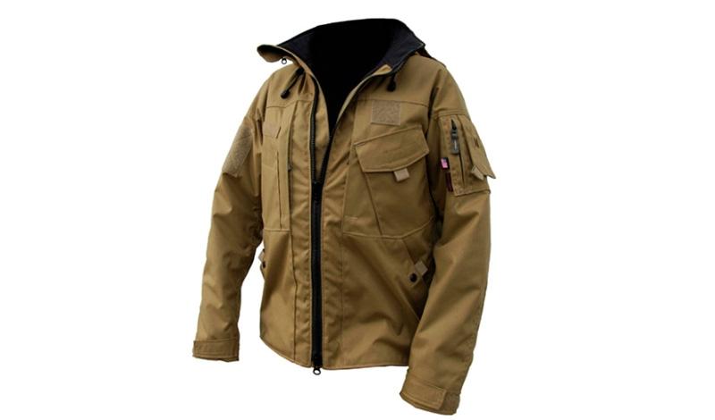 Походная куртка Kitanica Jacket Mark VI Без хорошей походной куртки вылазка на природу у настоящего фаната активного отдыха, конечно, все равно состоится, вот только наматывать километры пути и сидеть вечерами у костра будет не так комфортно. Исправить ситуацию может туристическая модель Jacket Mark VI, на которой компания Kitanica впервые опробовала усиленный капот с системой карман-на-кармане. Внешняя расцветка соответствует стандарту Coyote Tan, а по семи внешним и четырем внутренним карманам можно рассовать даже, пожалуй, содержимое своего рюкзака.