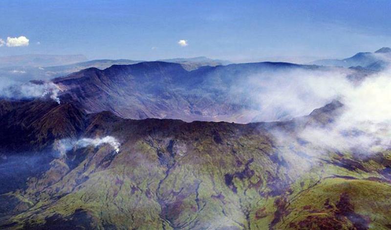 Год без лета В апреле 1815 года вулкан Тамбора, совершенно неожиданно для сейсмологов, извергся. В результате появилось огромное облако пыли и смога, закрывшее солнце. В момент извержения погибло около тысячи человек, но последствия были гораздо более страшны. Извержение вулкана вызвало самое серьезное изменение климата за всю историю человечества. Снег валил все летние месяцы и Америка погрузилась в мрак средневековья. Однако, были и свои плюсы. Именно в это снежное лето был изобретен велосипед, а Мэри Шелли придумала своего Франкенштейна.