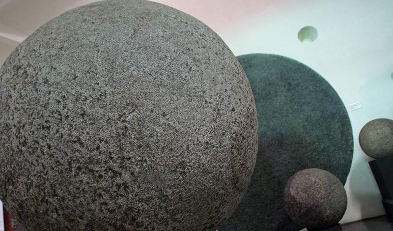 Гигантские каменные шары Коста-Рики В 1930-х годах рабочие United Fruit Company обнаружили сотни каменных сфер на одной из новых банановых плантаций в Коста-Рике. Размеры шаров варьировались от огромных до крошечных, и в конечном итоге были признаны каменными скульптурами из погибшей культуры Diquis.