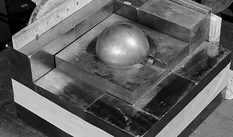 Арутюн Крикор Даглян-младший Наука: химияГоды жизни: 1921-1945 Работа с активными веществами, определенно, требует некоторых мер предосторожности. Об этом, к сожалению, позабыл химик Арутюн Крикор Даглян, умудрившийся выронить кирпичик карбида вольфрама прямо на реактор. Звучит, как плохая новость, правда? Даглян, понимая, что до взрыва остается всего несколько минут, разобрал стенку реактора вручную и устранил неполадку. В процессе он получил смертельную дозу облучения, но зато спас тысячи жизней.