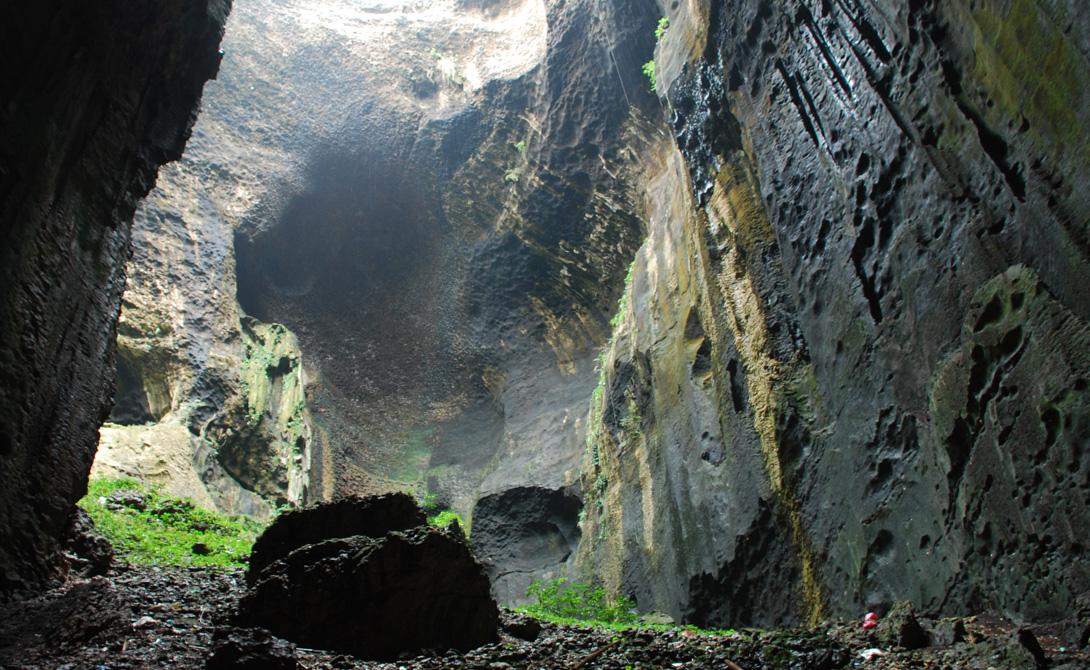 Глубоко в жарких, влажных джунглях Борнео путешественник, при должном уровне везения, может наткнуться на массивную каверну. Будто разверстый рот мертвого великана, уводит она в вековечную тьму, превращаясь в целую систему мрачных пещер.