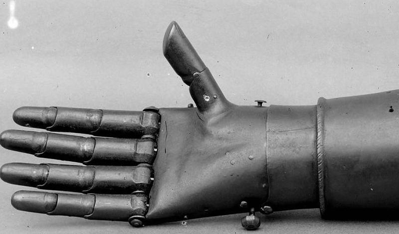 Наемник Берлихинген Одним из наиболее известных инноваторов-протезистов стал в то время обыкновенный наемник. Немецкий рыцарь Берлихинген потерял руку в начале 16-го века. Его первые запасные руки были относительно просты, но вскоре наемник стал использовать более сложные конструкции. Они сочетали комплекс кожаных ремней и работающие механизмы.