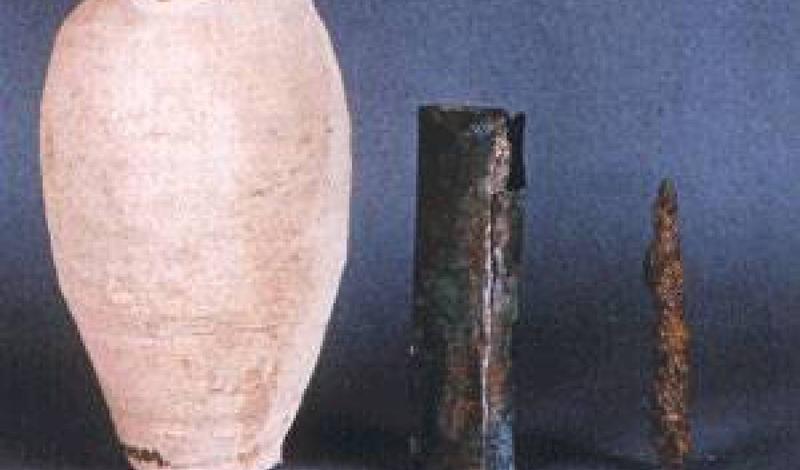 Багдадская батарея Батареи, найденные при раскопках у Багдада, состоят из трех частей — керамического горшка, металлической трубки и металлического же стержня. Ученые полагают, что горшок был заполнен неким аналогом раствора электролита, способным генерировать электричество между металлическими вставками.