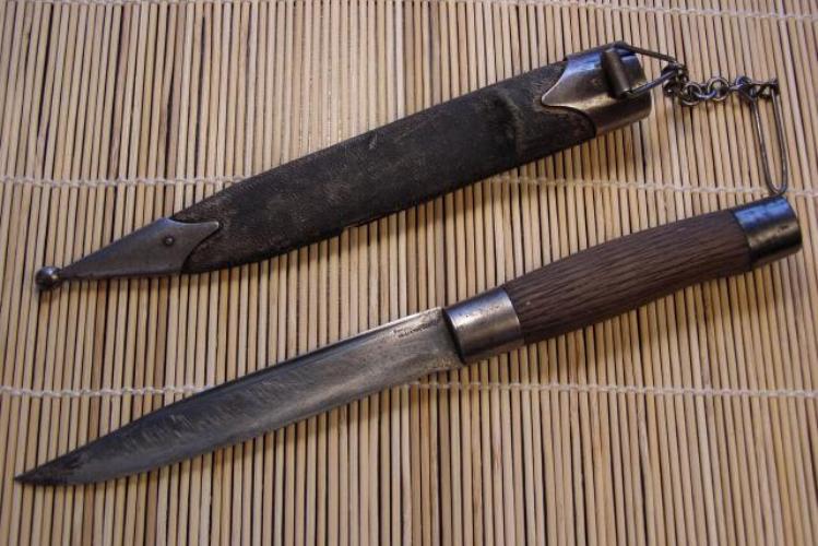 Охотничьи ножи Самсонова Егор Самсонов был скромным тульским мастером – кустарем, однако изготовленными им ножи и кинжалы считались эталонными охотничьими ножами у русской аристократии и числились любимыми у императора Николая II. Над загадкой прочности так называемых «самсоновских ножей», выглядящих так лаконично и даже аскетично, после смерти мастера в 1930 году долго бились именитые металлурги, однако разгадку так и не нашли. Точное количество выпущенных мастерской ножей неизвестно, по некоторым данным – 3356 штук.