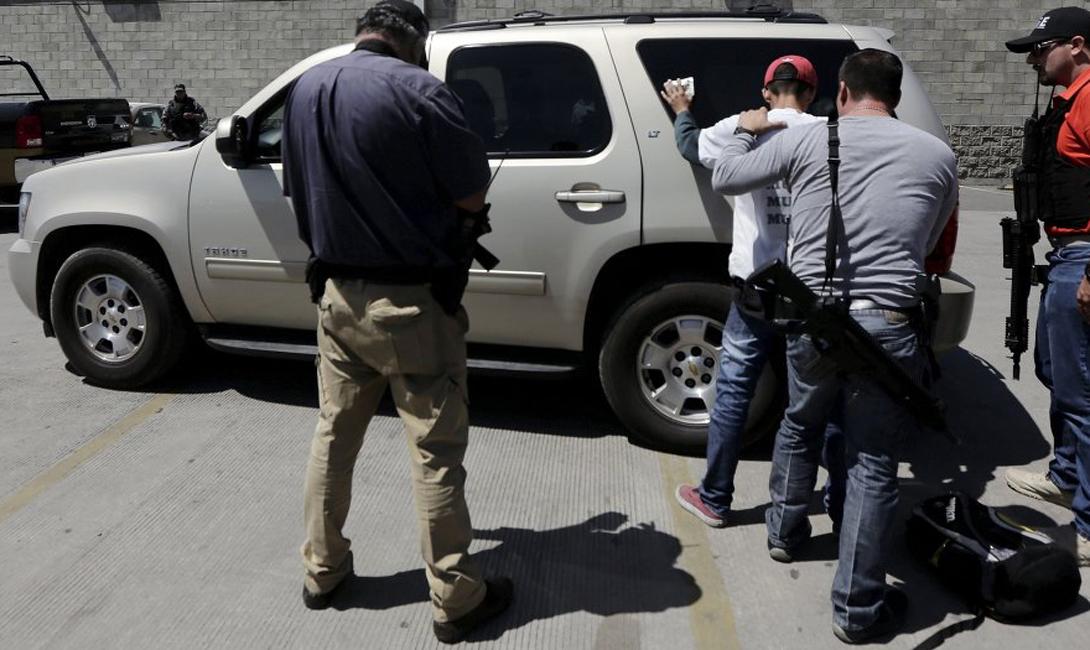 Сервантес стремится любой ценой удержать лидерство в регионе. Его группировка насчитывает несколько тысяч отборных бойцов, на вооружении которых столько оружия, что мексиканская армия смотрится плохо экипированным ополчением.