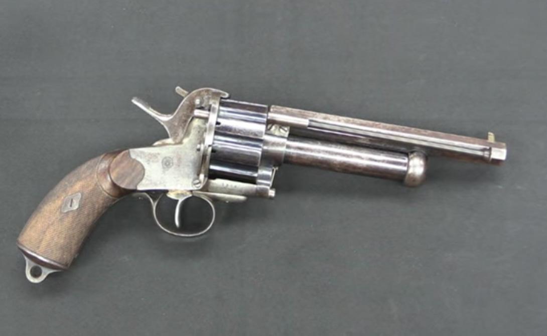 Ле Ма Страна: СШАБыл введен в эксплуатацию: 1856Тип: револьверДальность поражения: 300 метровМагазин: 9 патронов Револьвер умел стрелять картечью — что, в принципе, было отличной идеей для персонального оружия. Разработанный в качестве вооружения кавалериста в конце гражданской войны Ле Ма имел 9 пистолетных патронов в барабане и еще один, заряженный картечью, в дополнительном стволе. Солдат должен был переключать подвижный боек вручную, чтобы выбрать тип патрона. В теории все работало хорошо, на практике оказалось, что боек-переключатель заедает в 3 из 5 случаях, оставляя владельца револьвера безоружным.