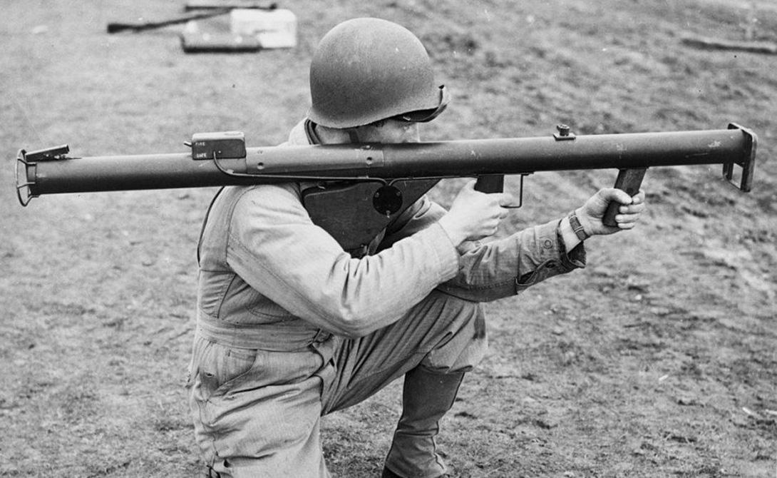 Базука Страна: СШАБыл введен в эксплуатацию: 1942Тип: противотанковое оружиеДальность поражения: около 152 метровМагазин: 1 ракета Базука была неудобна в эксплуатации и создавала проблемы как для самого стрелка, так и для окружающих его солдат. Тем не менее на основе этого оружия впоследствии появились более совершенные модели.