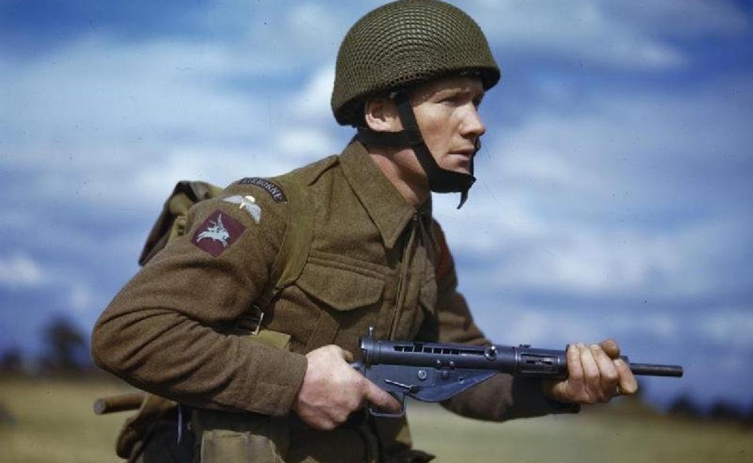 Sten gun MK II Страна: ВеликобританияБыл введен в эксплуатацию: 1940Тип: пистолет-пулеметДальность поражения: 70 метровМагазин: 32 патрона Великобритания нуждалась в стрелковом оружии, но не имела ресурсов и времени для производства. В результате появился Sten gun MK II: собирать его было легко, а стоимость изготовления была минимальной. Пистолет-пулемет частенько давал осечку; кроме того, из-за дефектов сборки пули могли вообще терять убойную силу на излете.