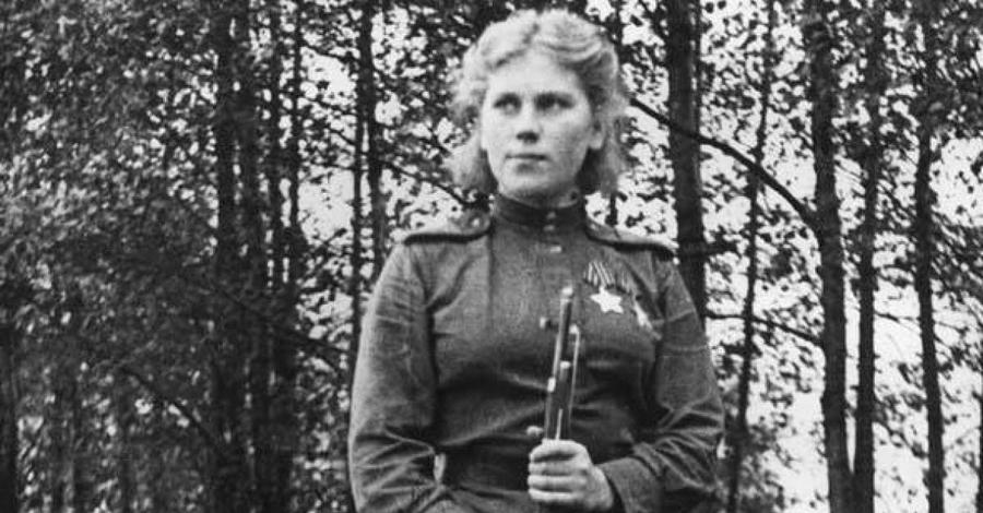 Роза Егоровна Шанина Роза Егоровна Шанина родилась в 1924 году и добровольно пошла на службу, узнав о гибели своего девятнадцатилетнего брата. На линии фронта Роза быстро стала одним из лучших стрелков и была награждена многими медалями отличия. В своих дневниках она часто описывает опасность, с которой приходилось сталкиваться на фронте. Роза Егоровна Шанина погибла в бою в январе 1945 года, пытаясь спасти раненого офицера-артиллериста. Ей было всего двадцать лет.