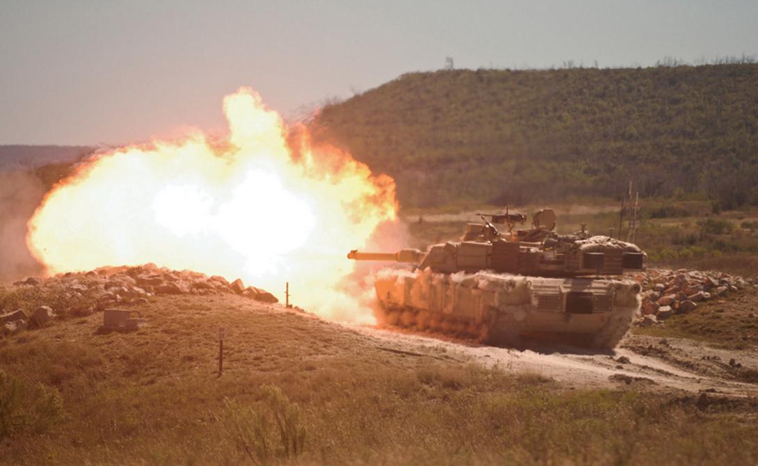 M1 Abrams оснащен 120 мм гладкоствольной пушкой, способной работать с разными типами снарядов.