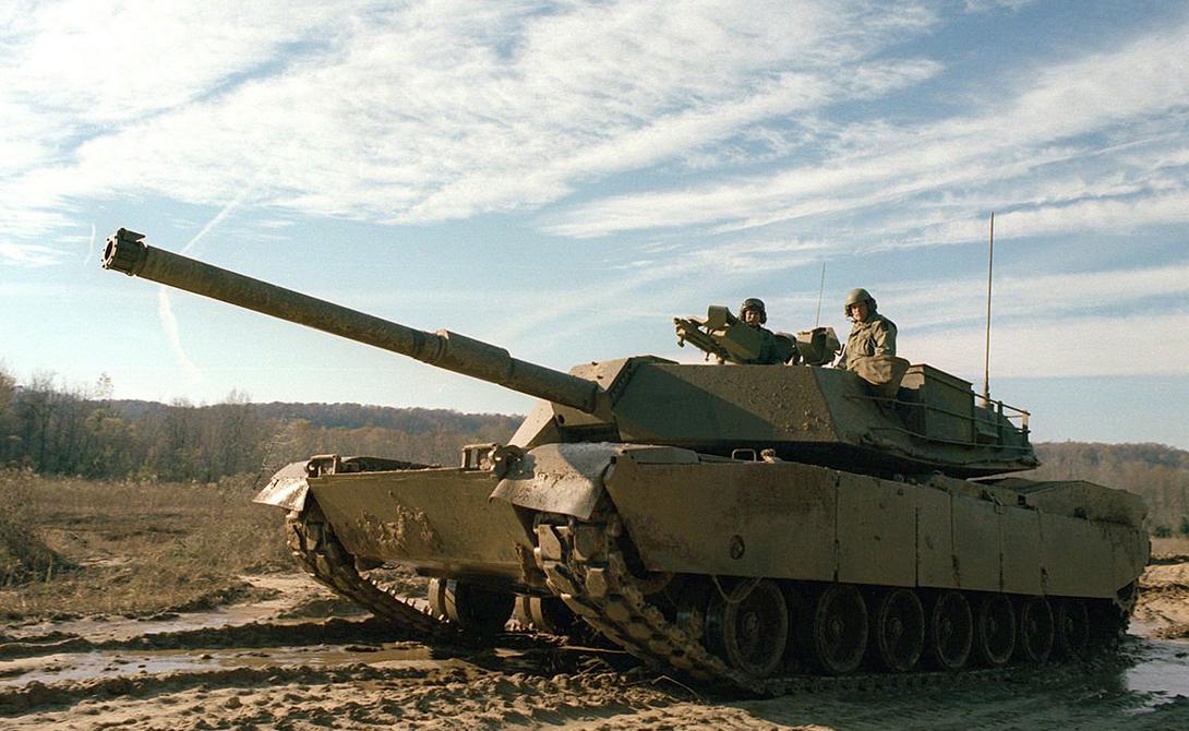 Вот один из первых M1 Abrams, снятый в 1979 году. Вообще, танки этой модели поступили на вооружение в 1980, но первый бой увидели только во время операции «Буря в пустыне», начавшейся в 1991.