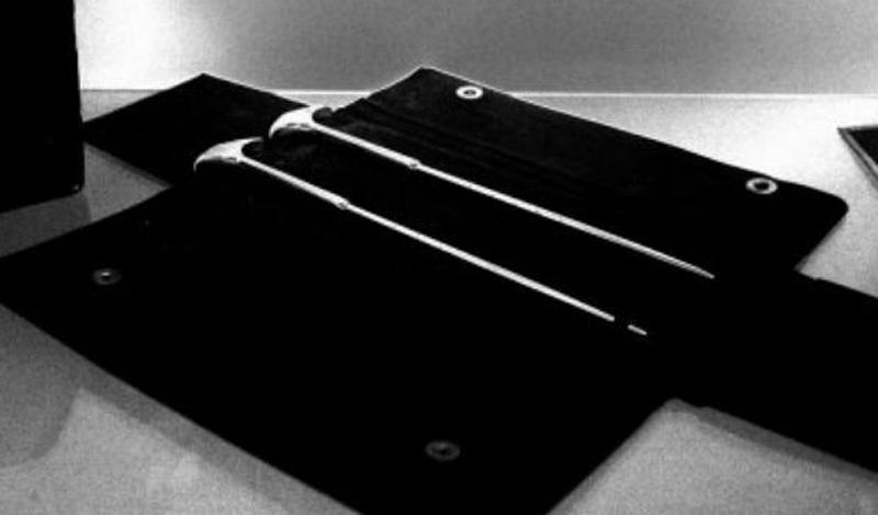 Фримен находил способ Мониса ненадежным и предпочитал работу физическими инструментами. Он вводил ледоруб в глазницу несчастного пациента и буквально вырезал им лобную долю. Иногда использовал молоток.