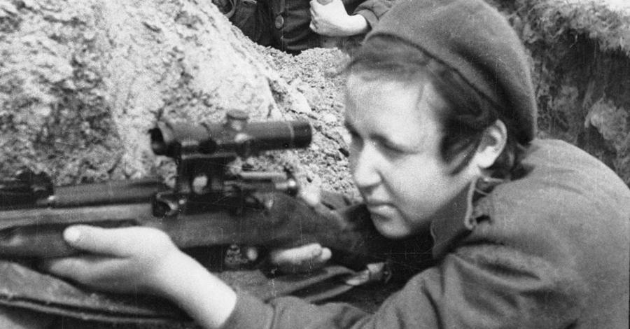 Мнение начальства Офицеры Красной Армии справедливо полагали, что девушки вообще больше подходят для снайперского дела. Они менее подвержены стрессу, более устойчивы к холоду и более терпеливы. Кроме того, женское тело гибче мужского — немаловажный фактор в условиях окопной войны.