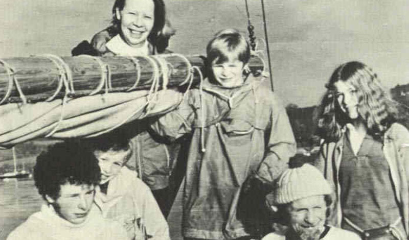 Семья Робертсон Целых 38 дней семья Робертсонов блуждала по морским просторам. Отец семейства, Дугал Роберсон, решил прокатить домочадцев: ведомый жаждой приключений, этот британский фермер вывел шхуну «Люсетта» и отправился в неизвестном направлении. Семнадцать месяцев веселая семейка бороздила мировой океан, не зная проблем. Но 15 июня 1972 года эти ребята повстречали стаю касаток. Киты напали на лодку и раскололи ее. Все семейство пересело в единственную шлюпку. Они выжили на дождевой воде и мясе черепах, которые в изобилии водились у Галапагосских островов. И все бы ничего — да лодка дала течь. Японские рыбаки сняли Робертсонов с почти утонувшего суденышка, разогнав перед этим целую стаю голодных акул.