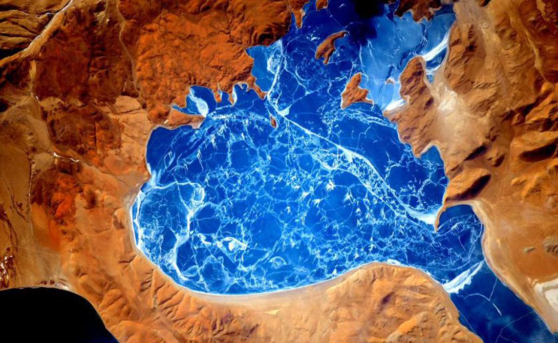 Прекрасное замерзшее озеро в Гималаях.