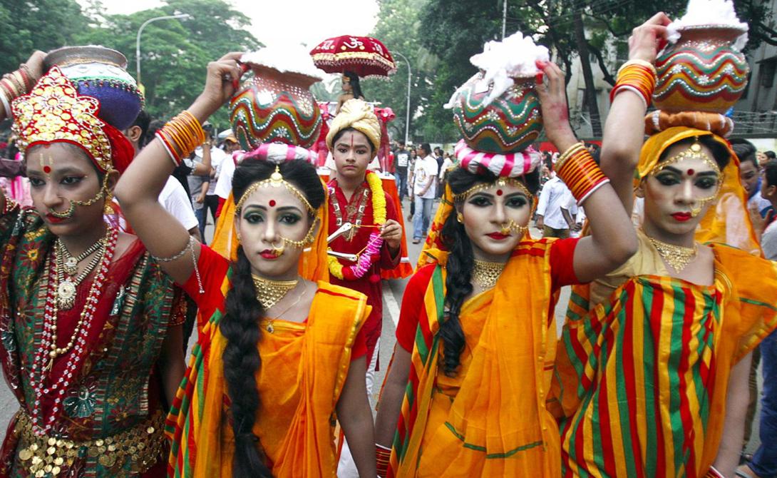Дакка Бангладеш Дакка является одним из самых густонаселенных городов мира. Экспорт одежды поддерживает экономику этого мегаполиса на плаву, однако условия труда здесь ужасны.
