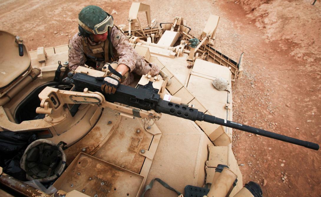 В дополнение к основной пушке, M1 Abrams оснащен пулеметом M2H Browning .50 калибра — им можно управлять дистанционно.