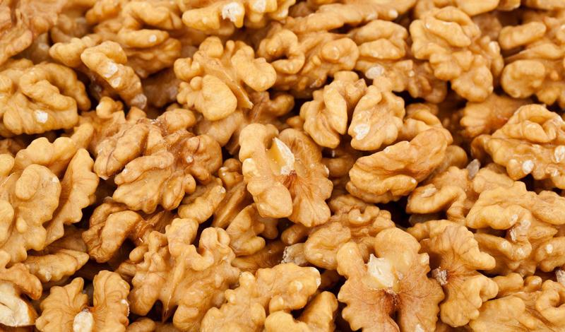 Орехи Медики из Китая уверяют, что каждый человек должен включить в свой рацион обыкновенные грецкие орехи. Содержащиеся в них антиоксиданты и омега-3 жирные кислоты снижают риск инсульта и подавляют риск развития раковых клеток.