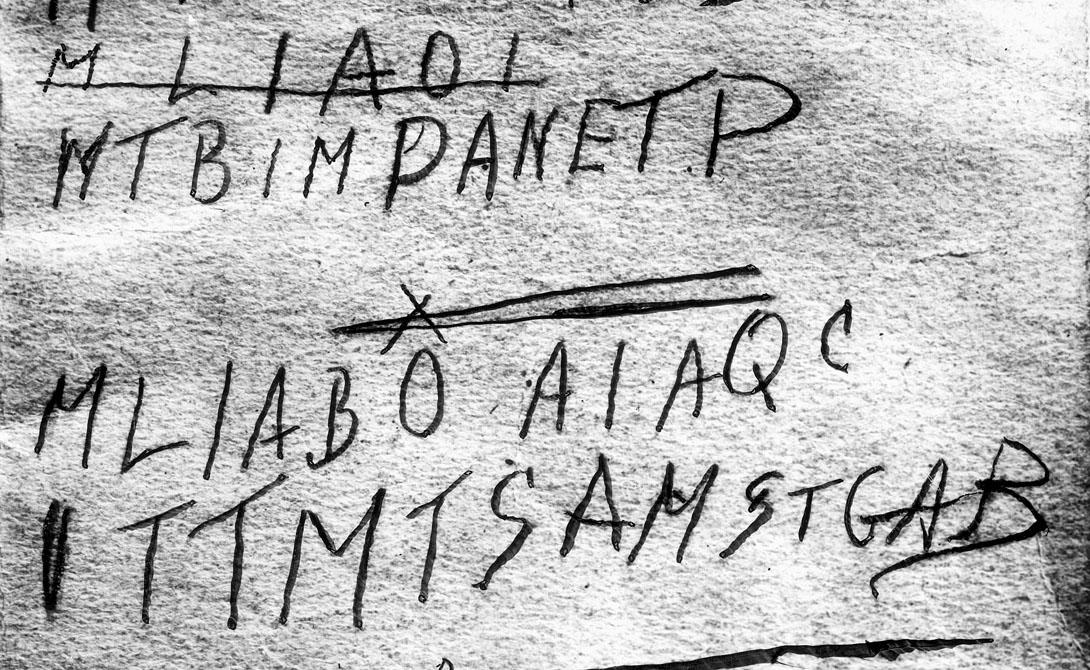 Тамам Шуд Еще в декабре 1948 года неизвестный мужчина был найден мертвым в пригороде небольшого городка Аделаида, Австралия. В его кармане полицейские нашли листок с надписью Tamam Shud — это часть из рубаи Омара Хайяма, которую можно перевести как «Конец». Личность мужчины не смогло установить ни одно государство мира.