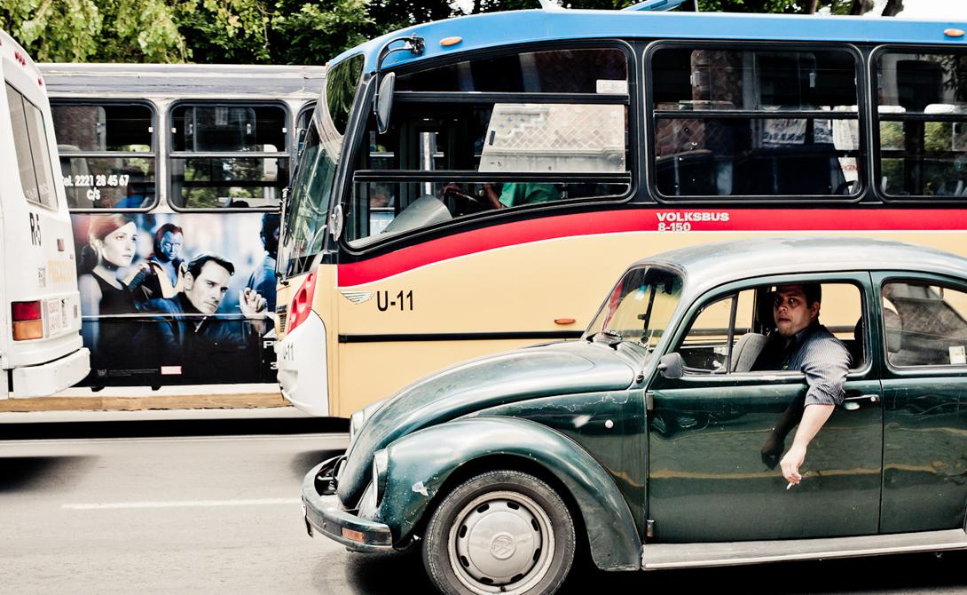 Мехико Мексика 3-е место 20 миллионов жителей и 7 миллионов автомобилей: трафик просто стал неотъемлемой частью Мехико. Растущее с каждым годом количество личных машин грозит, в скором времени, парализовать город напрочь. Положение дел не спасает даже метрополитен — второй по размеру в мире, после сабвея Нью-Йорка.