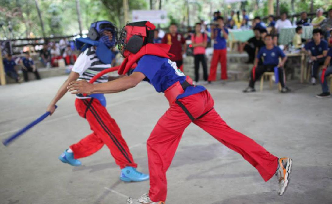Начало пути Чтобы стать настоящим мастером, адепту филиппинского боевого искусства придется пройти целых три этапа. Начальный называется «муэстрасьон»: ученики отрабатывают пять основных типов удара, постепенно привыкая воспринимать палки продолжением собственных рук.