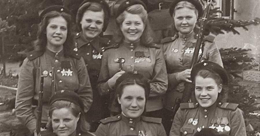 Эта фотография сделана 4 мая 1945 года. 12 красоток — снайперы Первого Белорусского фронта. На их счету как минимум 775 уничтоженных единиц противника.
