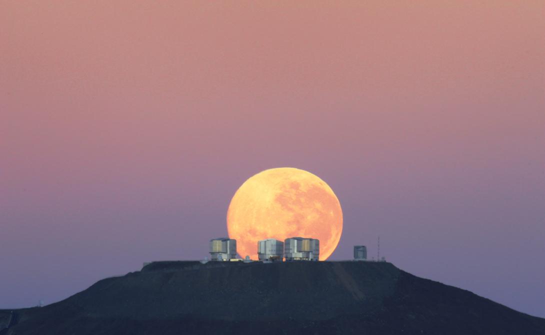 Луна находится недалеко от Земли Многие люди склонны воспринимать спутник нашей планеты как нечто, находящееся не так уж и далеко. Отчасти, это происходит потому, что Луна остается единственной более-менее изученной территорией за пределами Земли. К тому же, иногда Луна выглядит настолько огромной, что кажется, будто она приблизилась к Земле максимально близко. На самом же деле, расстояние до Луны — 384 633 километров. Boeing 747, к примеру, летел бы туда целых 17 дней.