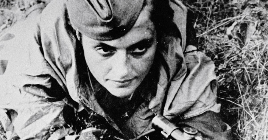 Общественный работник Растущая известность Павличенко заставила командование Красной Армии пересмотреть ее роль. Выведенная из боя по состоянию здоровья, девушка начала путешествовать по странам союзников, вдохновляя солдат на подвиги.