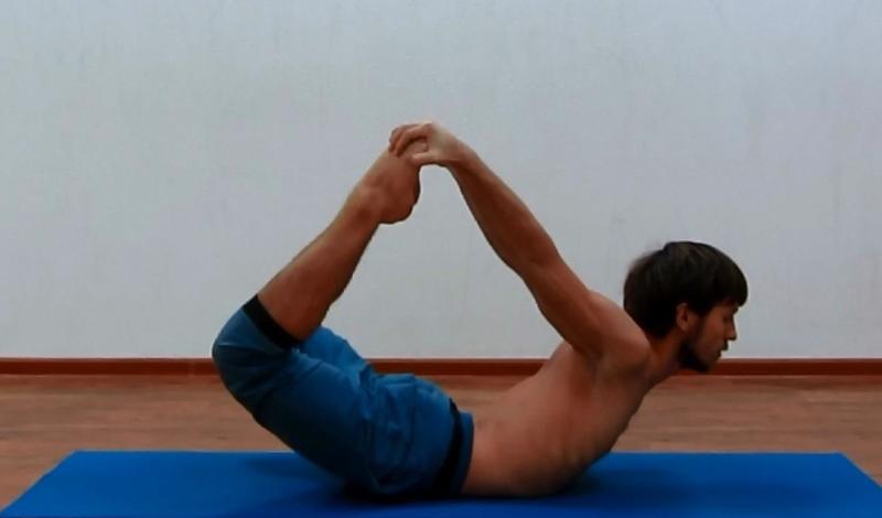 Поза лука И еще одно упражнение из базовой йоги, которое поможет растянуть позвоночный столб. Ложитесь лицом вниз, затем согните и поднимите ноги, обхватив щиколотки руками. Почувствуйте натяжение позвоночника и тазобедренного сустава. Выполняйте движения медленно и плавно, при малейшем ощущении дискомфорта — прекращайте.