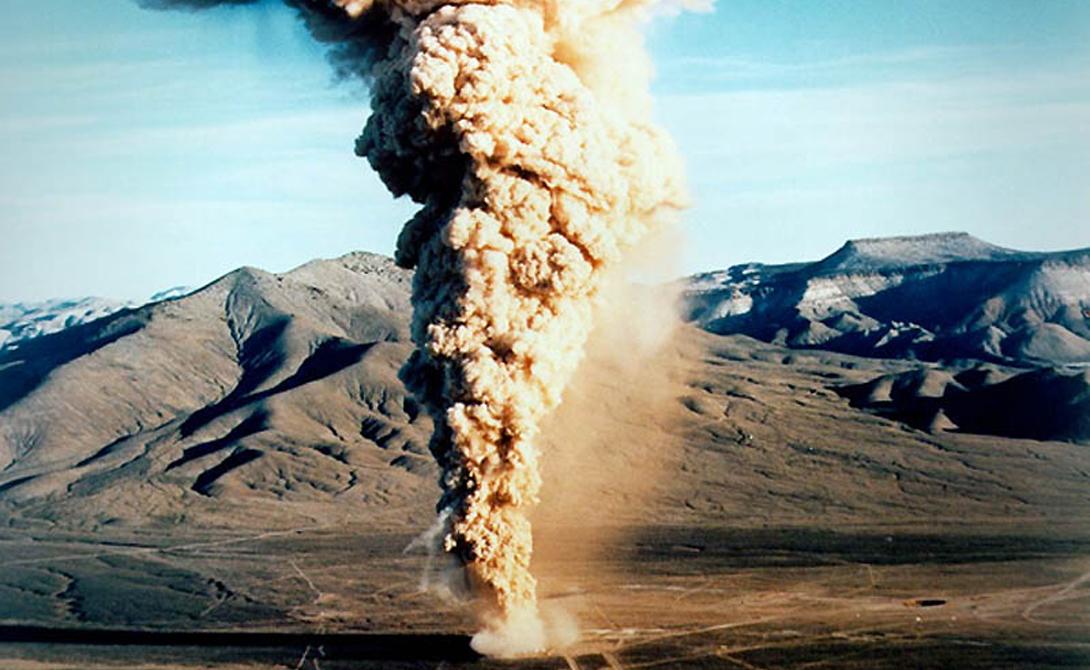 Юкка-Флэт США На площадке Юкка-Флэт, расположенной всего в часе езды от Лас-Вегаса, американцы до сих пор проводят ядерные испытания. 18 декабря 1970 года 10 килотонная бомба, закопанная почти на триста метров в землю, сдетонировала раньше времени. Бетонная плита, предохранявшая поверхность от радиоактивного выброса, треснула — 86 человек получили такую дозу облучения, что погибли в течение следующей недели.