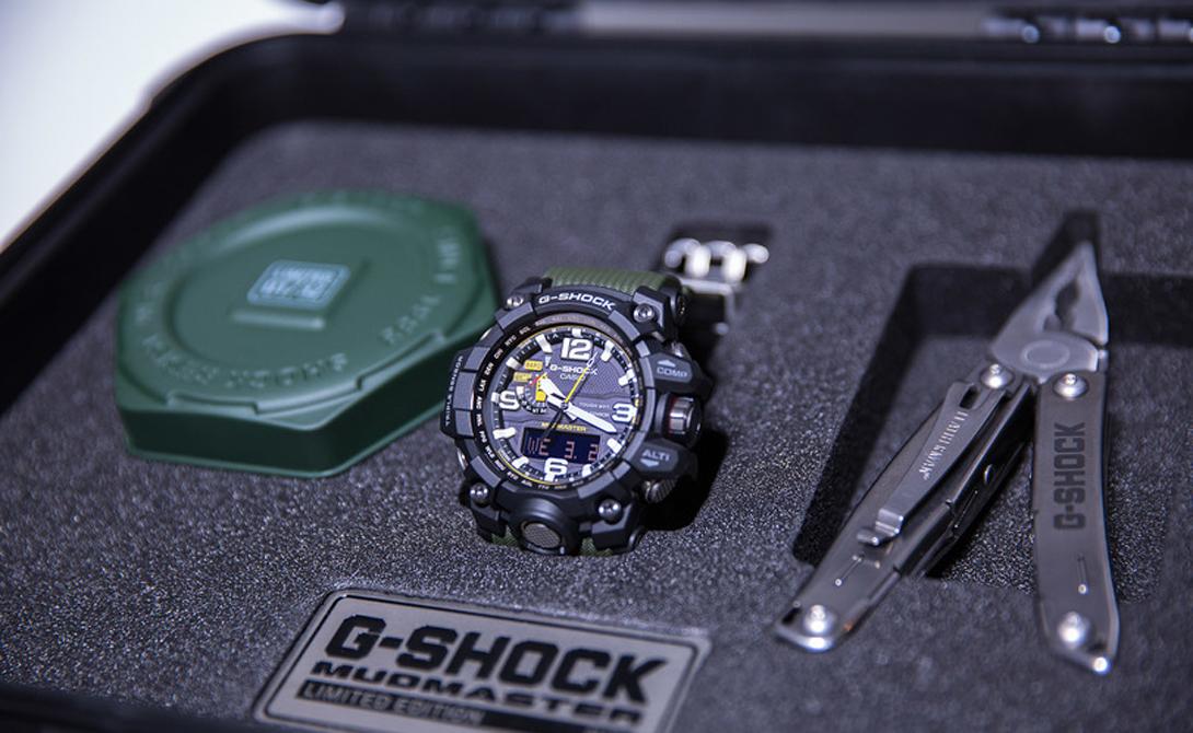 G-Shock GWG-1000-MudMaster Компания Casio подготовила специальный ограниченный выпуск модели G-Shock GWG-1000-MudMaster. Это самые прочные часы в линейке G-SHOCK, рассчитанные на использование в экстремальных условиях. Все элементы управления и высокотехнологичные датчики защищены от грязи, пыли и вибраций. Невероятную надежность и усовершенствованную технологию гидроизоляции оценят все любители адреналина, активного спорта и отдыха. Модель GWG-1000 из серии MUDMASTER вышла крайне ограниченным тиражом всего в 32 экземпляра. Впервые в рамках премиальной линейки японский бренд пронумеровал часы, добавив на ремешок и стальную застежку индивидуальный номер экземпляра (в формате от 01 до 32).