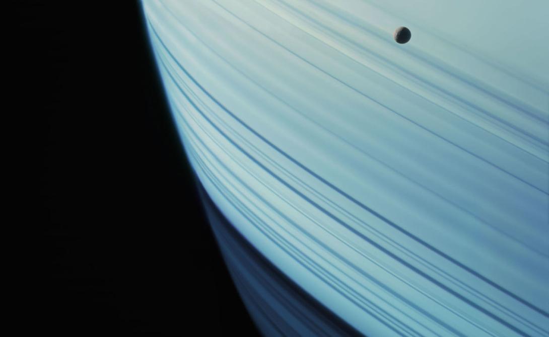 Спутник Мимас, укрытый тенью Сатурна. У этой планеты еще много лун. Cassini, 18 января 2005 года.